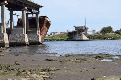 Reconstrucción del Puente Ezcurra: Se avanza en la remoción del buque encallado