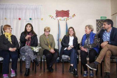 Mirta Tundis y Fernanda Raverta, junto a jubilados de la ciudad