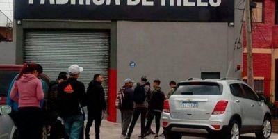 [VIDEO] Más de 5 cuadras de cola por 12 puestos de trabajo en una fábrica de Bernal