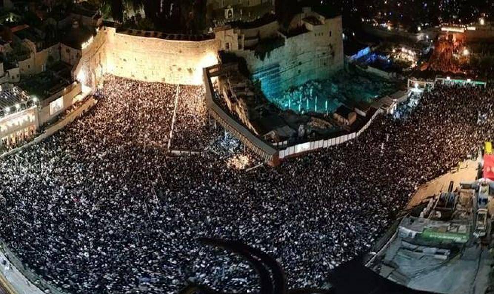 Más de 100,000 judíos oraron en el Muro de los Lamentos en víspera de Iom Kipuren Jerusalem