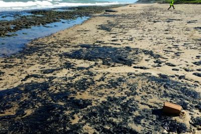 Alerta por misteriosas manchas de petróleo en 139 playas de Brasil
