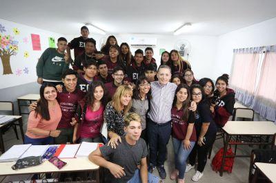 Fernando Gray visitó la escuela secundaria Nº 37