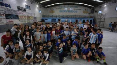 Fernando Gray participó de la inauguración del piso de la cancha de club 25 de Mayo