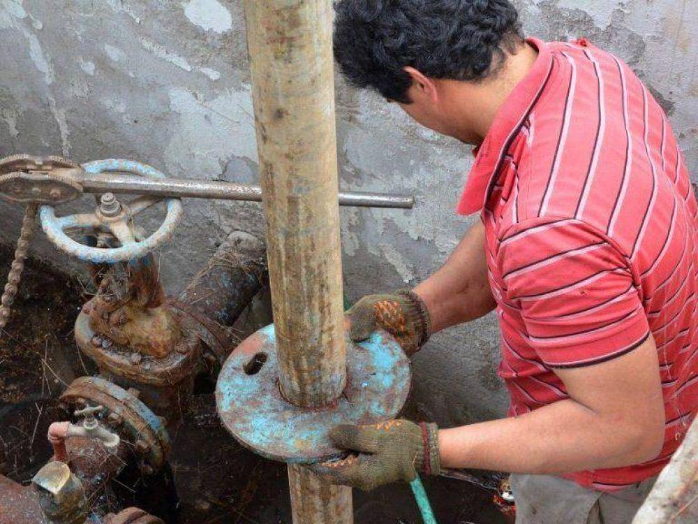 Una guardia de la Usina trabaja en el poco fluido de agua en algunos sectores de la ciudad