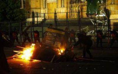 Encuentro Nacional de Mujeres en La Plata: Feministas atacaron con molotov la Catedral y prendieron fuego monumento a Eva Perón