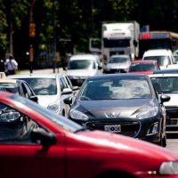 Por la crisis, cada vez más gente busca bajar el costo del seguro del auto