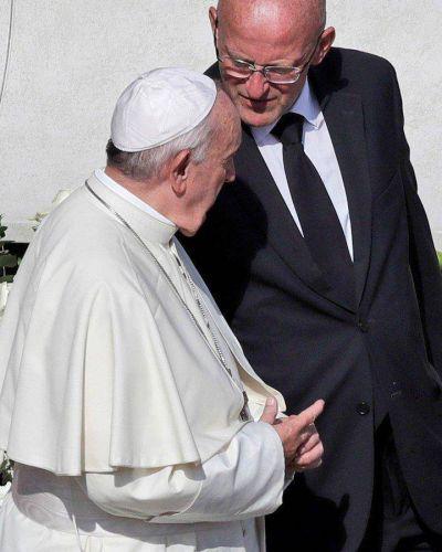 """Escándalo en el Vaticano: echan al """"ángel guardián"""" del papa Francisco"""