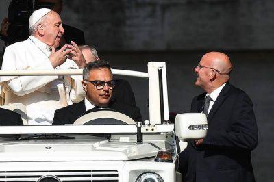Una trama que enlaza al jefe de los Gendarmes del Vaticano con Harrod's, Lady Di y el papa Francisco