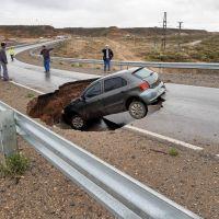 Pozo gigante en la Ruta 7: Una rotura en una cañeria de líquidos cloacales habría generado el socavón