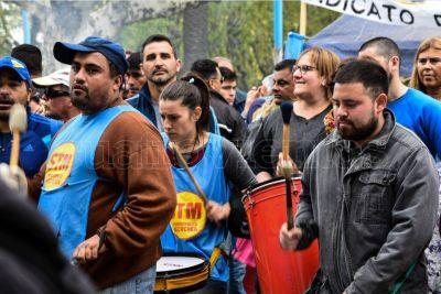 Municipales recibieron refuerzos de otros distritos para su protesta y acampan frente a la Muni