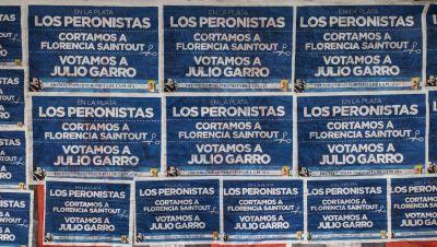 Un grupo de peronistas empapeló la ciudad pidiendo el corte de boleta por Garro