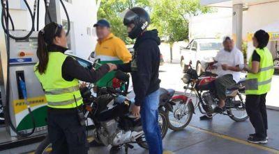 En Buenos Aires los estacioneros no están obligados a exigir casco y chaleco a motociclistas para cargarles nafta