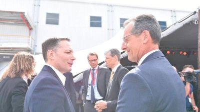 Gray encabezó la inauguración de una empresa en el Jagüel