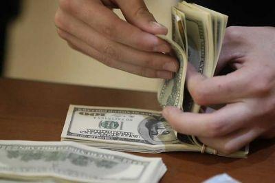 La fuga de divisas se acentúa a pesar del cepo y crecen los rumores sobre el día después de las elecciones