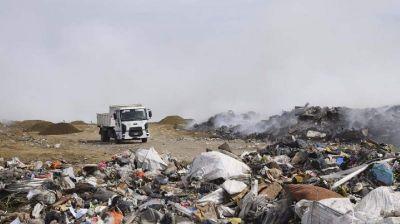 Prosiguen las tareas de saneamiento y combate del fuego en el vaciadero municipal de Río Gallegos
