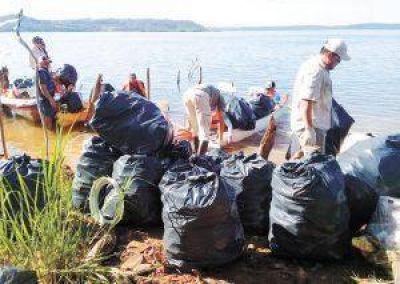 Retiraron 900 kilos de basura de la costa del Paraná en Misiones