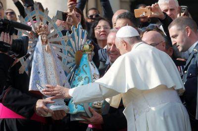 La emoción del Papa al bendecir una imagen de Virgen de Luján que estuvo en Malvinas