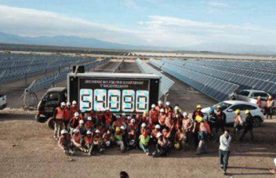 Récord mundial: se instalan en Argentina 54,090 paneles solares en 12 horas