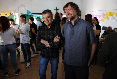 """Zabaleta visitó un Centro Barrial de recuperación de adicciones en William Morris junto al Padre """"Pepe"""" y a Jaime Perczyk"""