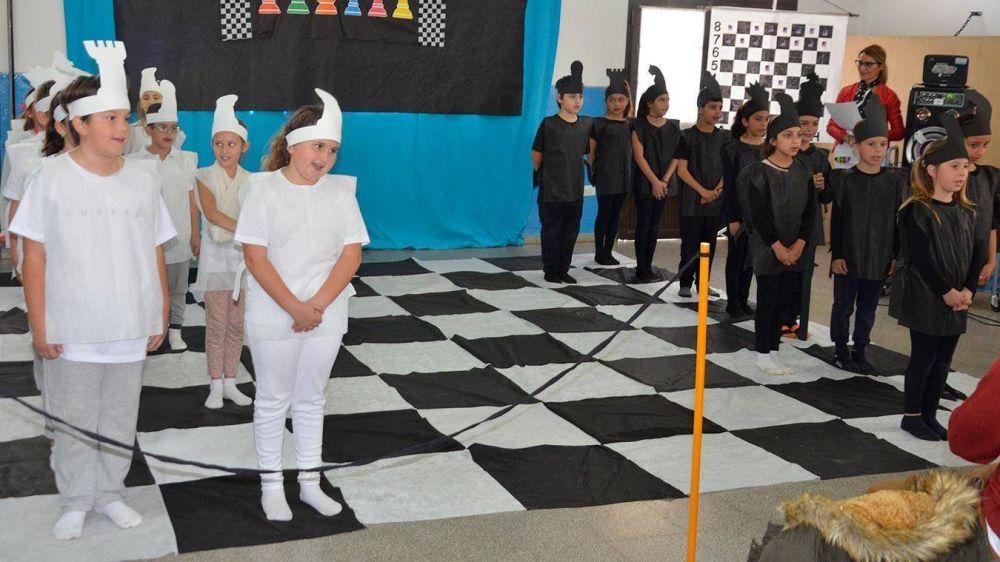 En la muestra de la Escuela Nº 50, López valoró una vez más el proyecto de ajedrez educativo