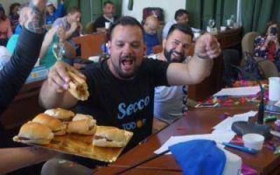 Videos: Concejo de Ensenada celebró triunfo del Frente de Todos con choripanes y música