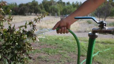 Las multas por derrochar agua en verano superan los 7 mil pesos