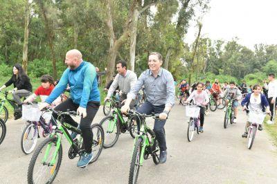 Fernando Gray entregó 350 bicicletas a alumnos del Hogar Escuela