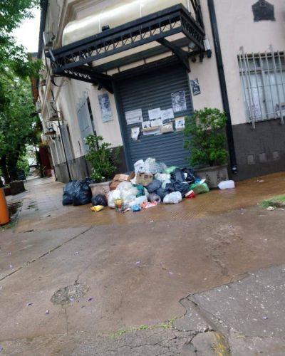 Por falta de recolección, vecinos de Funes arrojan los residuos frente al Municipio