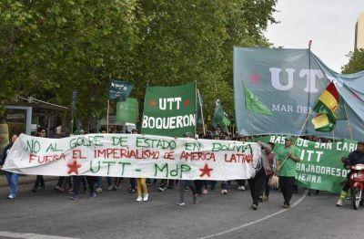 Movilización de organizaciones sociales de Mar del Plata en defensa de la democracia boliviana