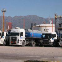 YPF busca levantar un perforador en Mendoza y Moyano amenaza con paralizar todas sus terminales por 50 despidos