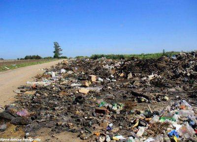 Necochea tapada por basura, pastizales y desechos contaminantes