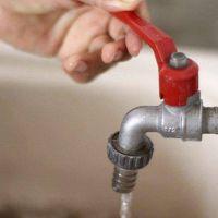Vecinos sufren la falta de agua potable