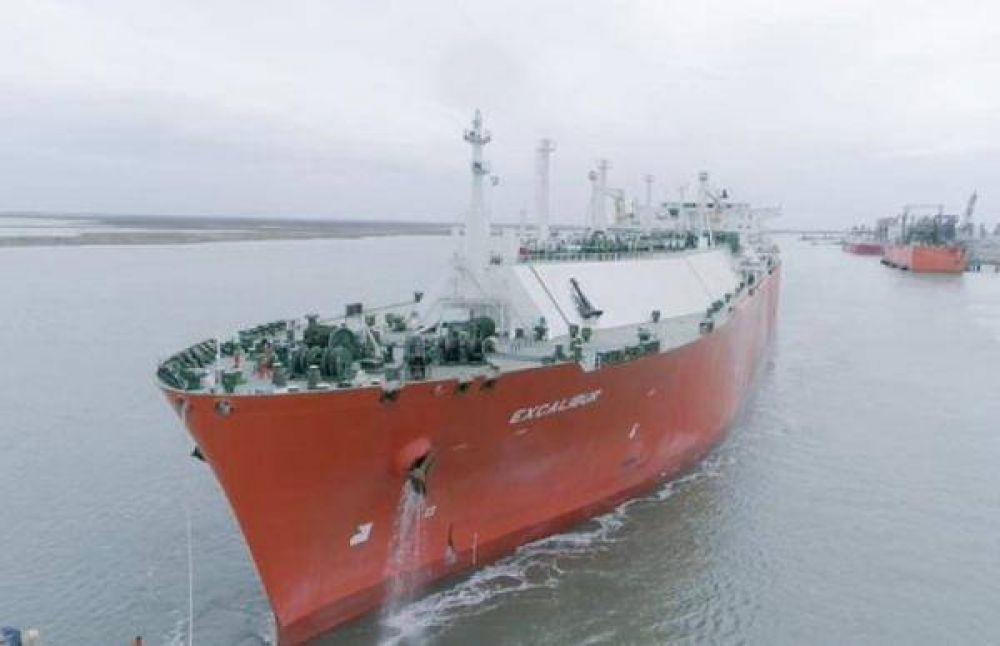 YPF comenzó a cargar otro envío de GNL