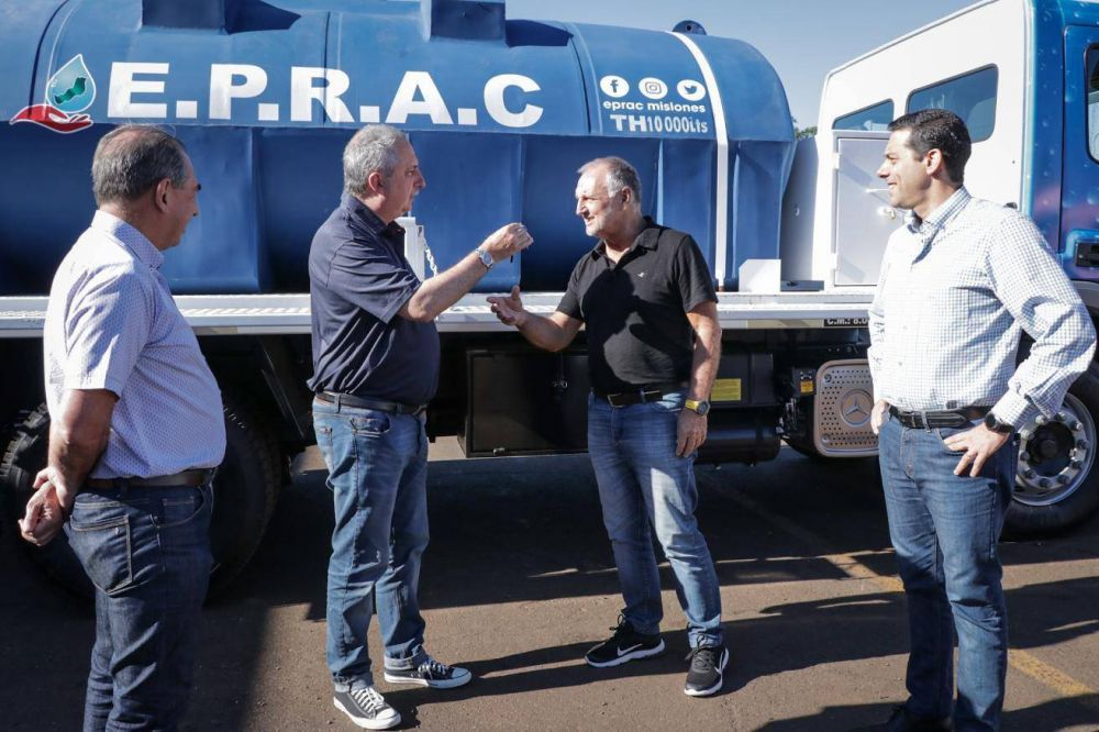 Passalacqua entregó un camión cisterna al Eprac