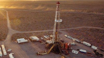 Las petroleras avisan que despedirán a los 1200 suspendidos