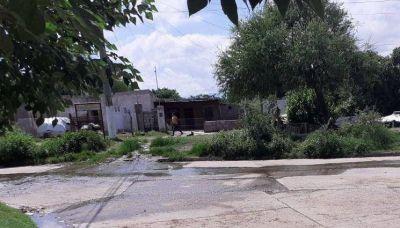 Aguas servidas se apoderaron de las calles en los barrios