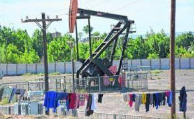 La postal que ya no asombra a nadie: vivir entre los pozos petroleros en Neuquén