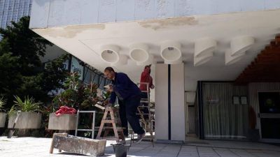 De cara a la temporada, los empleados del Casino están trabajando para acondicionar el exterior de ingreso al edificio