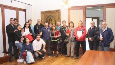 """López le entregó la personería jurídica a la Asociación Folclórica """"El Ombú"""", agrupación creada hace 56 años"""