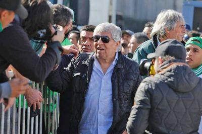 Hugo Moyano cruzó a la CGT por no exigir un bono generalizado de fin de año: