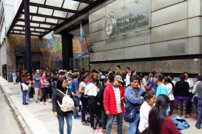 Largas filas por el bono de 5000 pesos que nadie sabe si existe