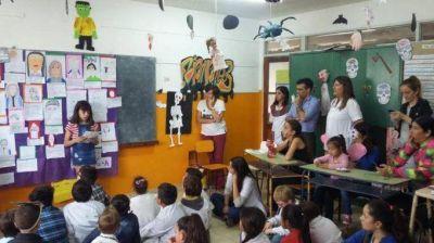 En la Escuela Nº 12, López observó el proyecto final realizado por los alumnos