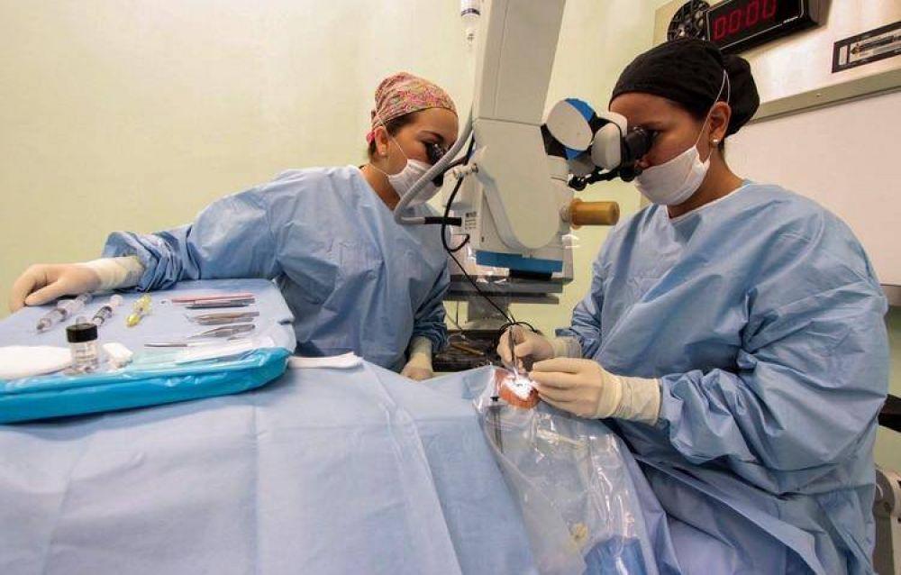 De qué se trata la cirugía de catarata, la intervención a la que el papa Francisco se sometió en secreto