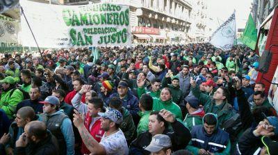 Camioneros marcha al Ministerio de Trabajo por paritarias y un bono de fin de año