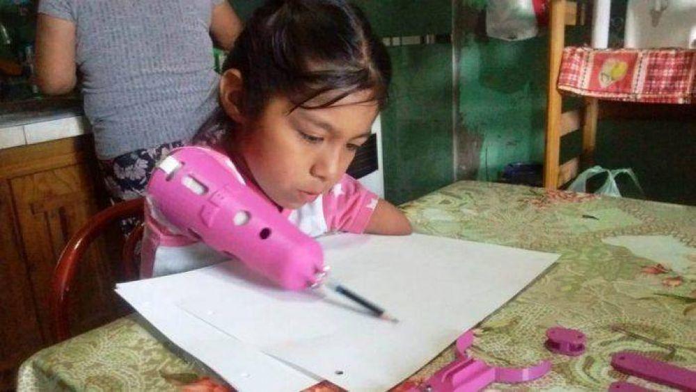 Dar una mano: con plástico reciclado le hicieron una prótesis a una niña que nació sin brazos