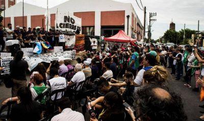 Los más de 200 despedidos de Kimberly Clark organizan un acto para que no los desalojen de la planta de Bernal