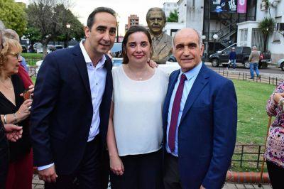 Tagliaferro inauguró un busto de Alfonsín en la plaza central de Morón