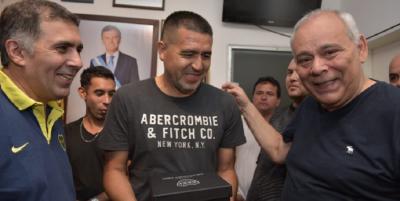 El vacío de poder llega a todos los ámbitos y un sindicalista de Macri se da vuelta y hace campaña por Riquelme en Boca