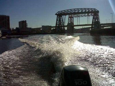 El Riachuelo volvería a ser navegable pero los vecinos recuerdan: «Hay siete metros de lodo contaminado»