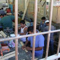 Trabajan en la cárcel: fabrican bolsas ecológicas y delantales con material reciclado